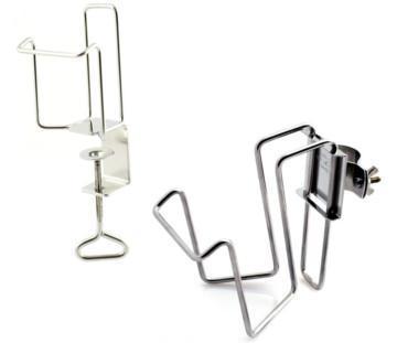 En hållare/dispenser för handsprit och flytande tvål som kan fästas vid säng och en som kan fästas vid bord